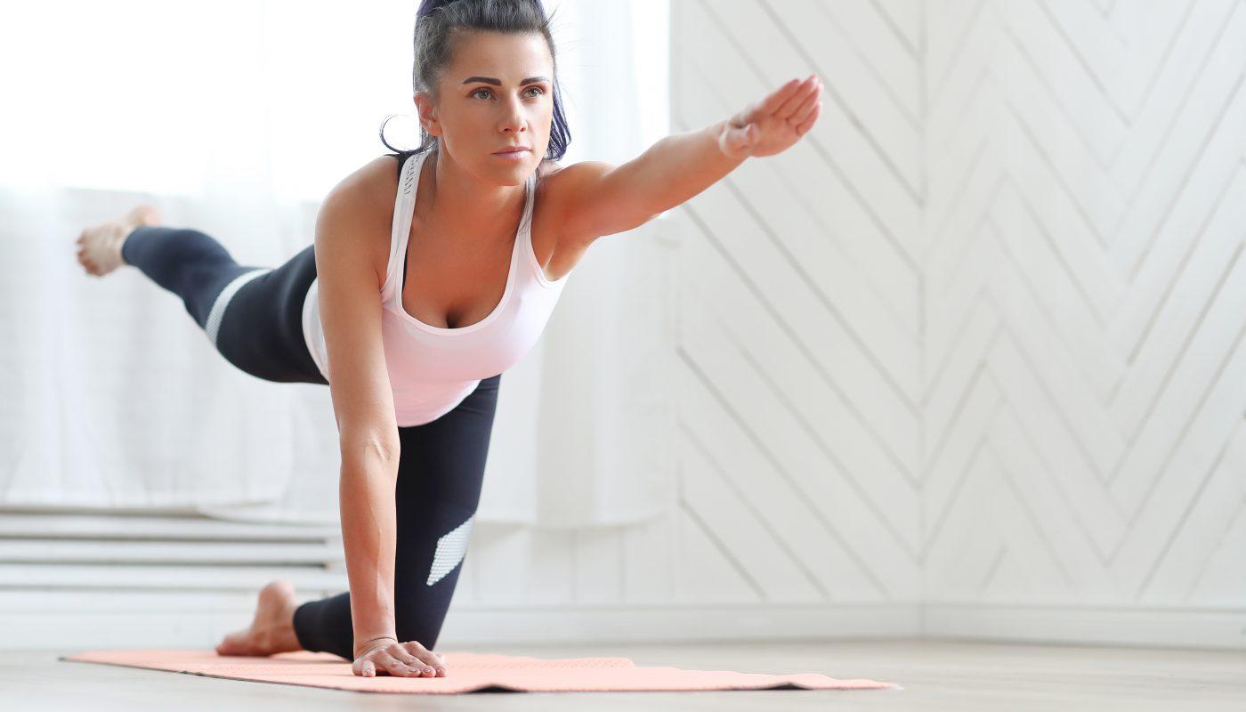 kobieta trenuje miesnie glebokie