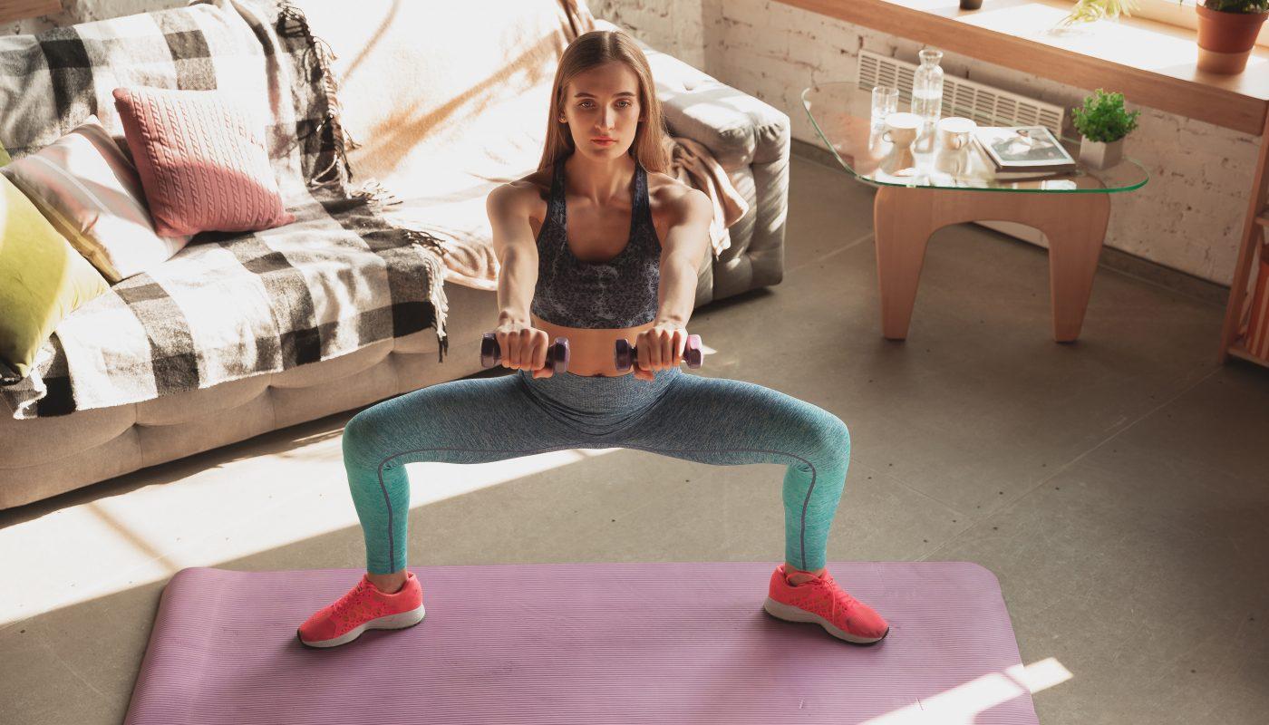 kobieta trenuje nogi w domu