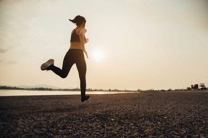 kobieta biega rano