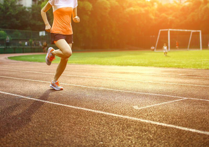 kobieta trenuje bieg na 5km