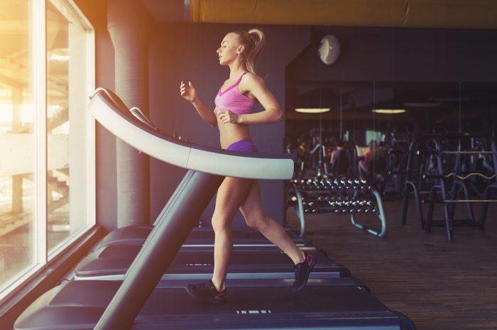 Trening na bieżni – jak efektywnie ćwiczyć na bieżni?