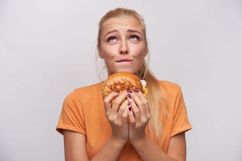 kobieta uzalezniona od jedzenia